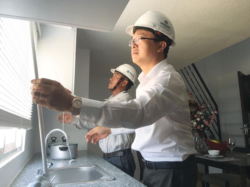 Ông Trần Đức Vinh, Tổng giám đốc Trần Anh Group kiểm tra chất lượng căn hộ dành cho khách hàng thu nhập thấp sẽ bàn giao vào cuối tháng 12 này